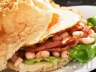 Американски сандвич с яйце, бекон, салата айсберг и боб